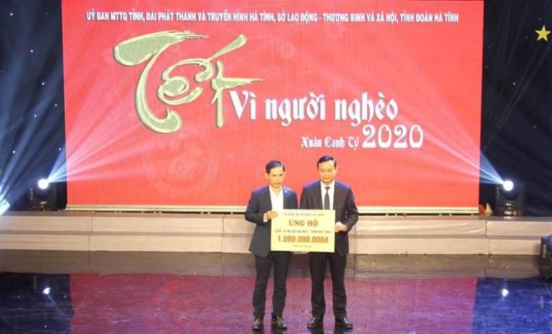 Đại diện Tập đoàn TNG Holdings Vietnam - ông Nguyễn Quốc Thành đã lên trao số tiền ủng hộ 1 tỷ đồng.