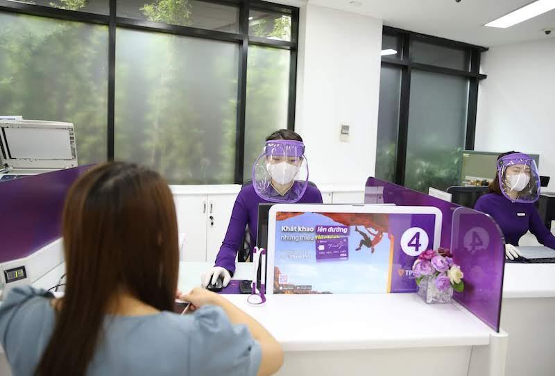 Giao dịch viên của TPank được trang bị đủ các dụng cụ phòng dịch