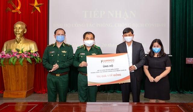 Đại diện Tập đoàn Flamingo Holding Group trao tặng số tiền 2 tỷ đồng. Thiếu tướng Phùng Quốc Tuấn, Phó Chính ủy BĐBP chủ trì tiếp nhận.