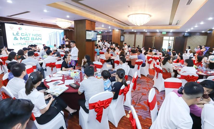 Rất nhiều khách hàng quan tâm tham dự sự kiện cất nóc và mở bán dự án Lotus Central.
