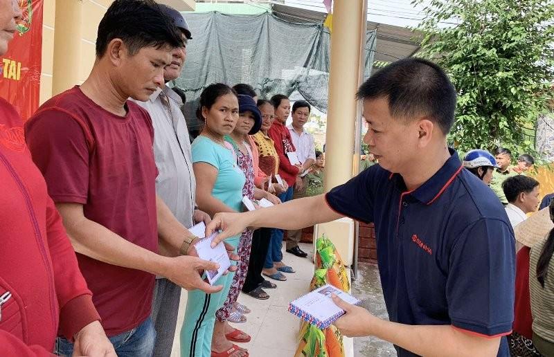 Ông Phạm Thế Hùng – PTGĐ Kinh doanh Tập đoàn Sơn Hà trao quà cho bà con nhân dân huyện Phú Lộc, tỉnh Thừa Thiên – Huế