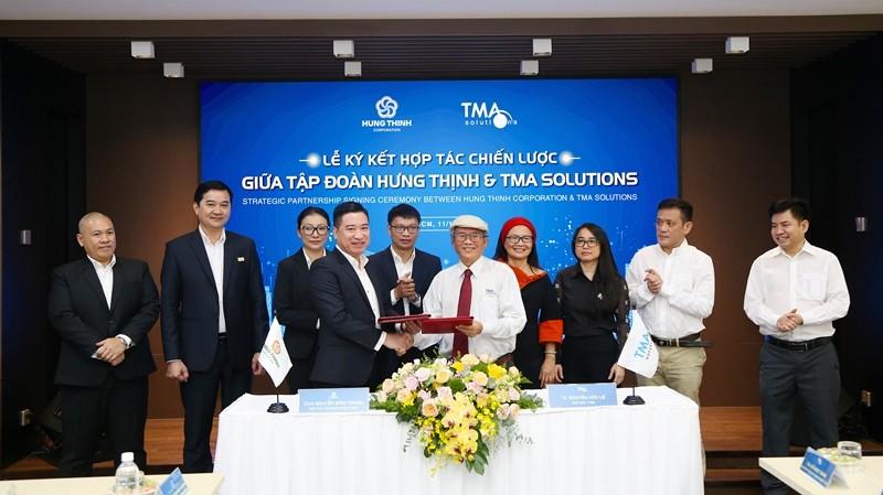 Ông Nguyễn Đình Trung - Chủ tịch Tập đoàn và TS.Nguyễn Hữu Lệ – Chủ tịch TMA Solutions thực hiện nghi thức ký kết hợp tác với sự chứng kiến của đại diện 2 đơn vị