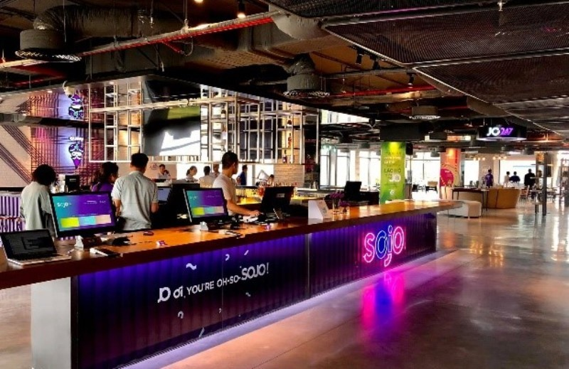 JO247 bar là điểm nhấn ấn tượng của SOJO Hotels với không gian mở.