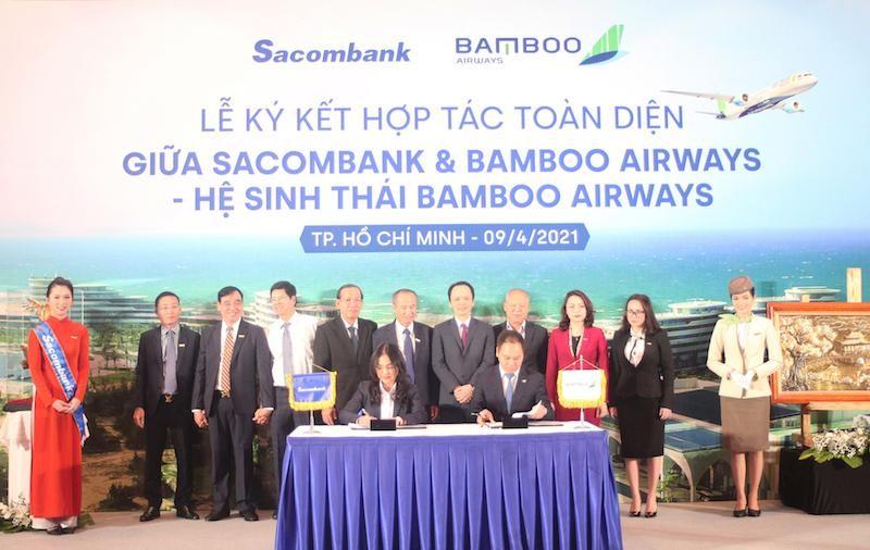 Bà Nguyễn Đức Thạch Diễm – thành viên HĐQT kiêm Tổng giám đốc Sacombank cùng ông Đặng Tất Thắng –Tổng giám đốc Bamboo Airways ký kết thỏa thuận hợp tác dưới sự chứng kiến của lãnh đạo hai bên