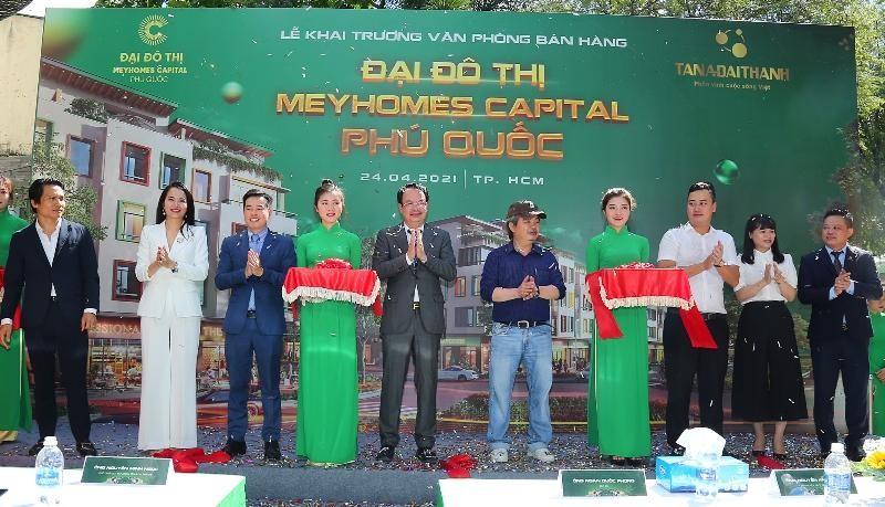 Ông Nguyễn Minh Ngọc - Phó Chủ tịch HĐQT Tập đoàn Tân Á Đại Thành cùng các đại biểu cắt băng khai trương