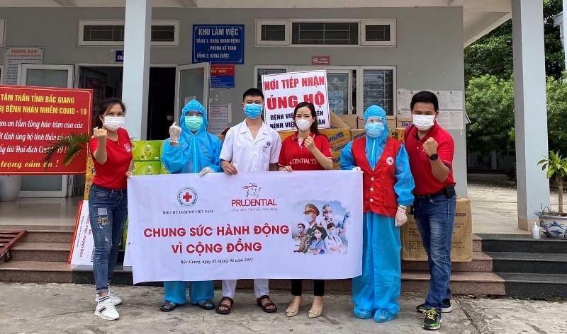 Prudential phối hợp với Hội Chữ thập đỏ Việt Nam trao tặng 2.345 bộ trang phục phòng dịch cấp độ 2 cho tỉnh Bắc Giang.