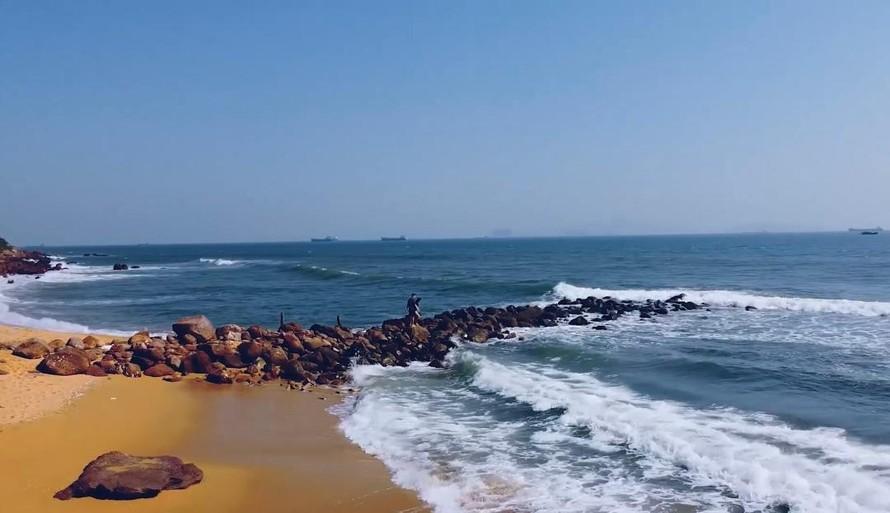 Bãi tắm hoang sơ, yên bình tại Bãi Đông, Nghi Sơn, Thanh Hóa. (Ảnh: Hồng Lê)