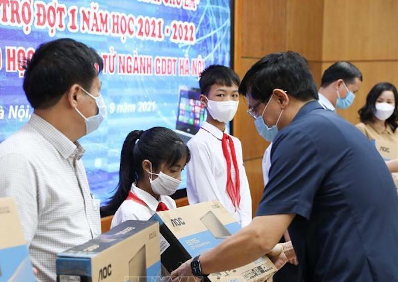 """Hưởng ứng lễ phát động trực tuyến chương trình """"Sóng và máy tính cho em"""" của Chính phủ, các địa phương bắt đầu trao tặng máy tính cho học sinh nghèo. Ảnh TTXVN"""