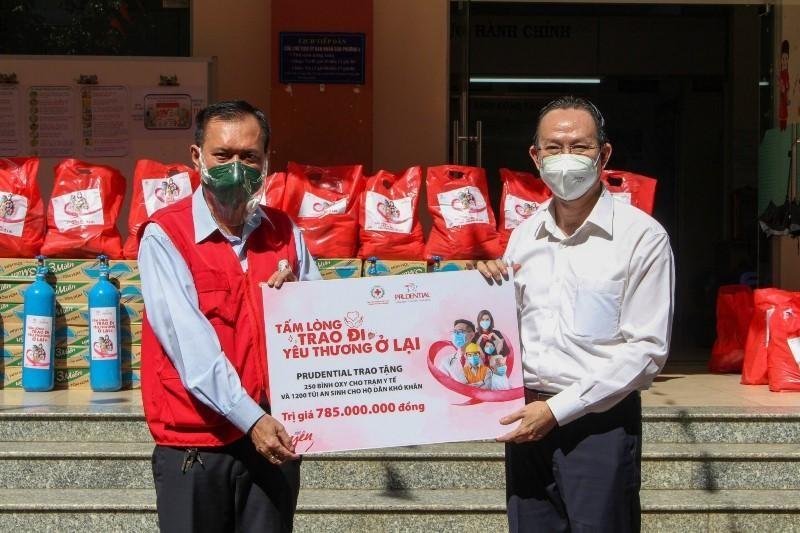 Ngày 22/9/2021, Prudential trao tặng 250 bình oxy và 1.200 túi an sinh cho các hộ dân khó khăn tại 6 tỉnh thành phía Nam