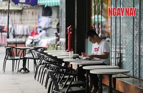 Nằm ở góc đường Nguyễn Đình Chiểu - Trương Định (quận 3), trung tâm thương mại Leman Luxury cũng trở nên vắng lặng. Ảnh: Trần Anh Ngọc