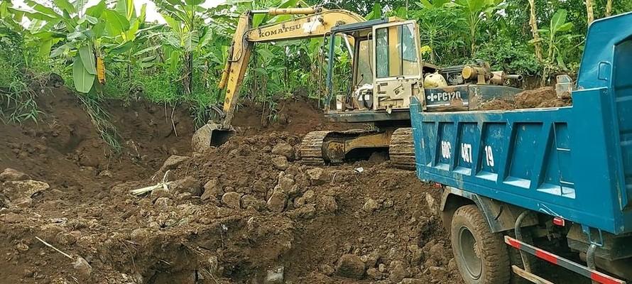 Phóng viên nhiều ngày theo dõi, bắt quả tang xe múc đang múc đất đá ở chân núi Sóc Lu. Ảnh. Xuân Thời