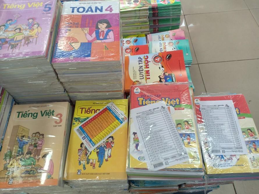 Những bộ SGK trong nhà trường theo chương trình của Bộ Giáo dục được bán ở Nhà xuất bản Giáo Dục TP.HCM. Ảnh: Bùi Kiều Trang