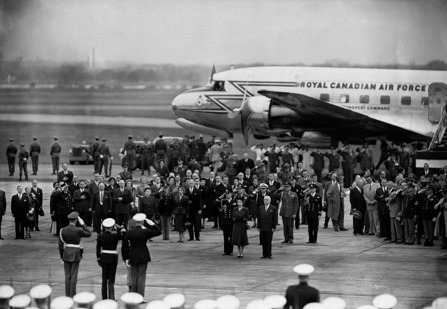 Công nương Elizabeth cùng Tổng thống Mỹ Harry S. Truman tại sân bay quốc gia ở Washington D.C năm 1951. (Nguồn: AP).