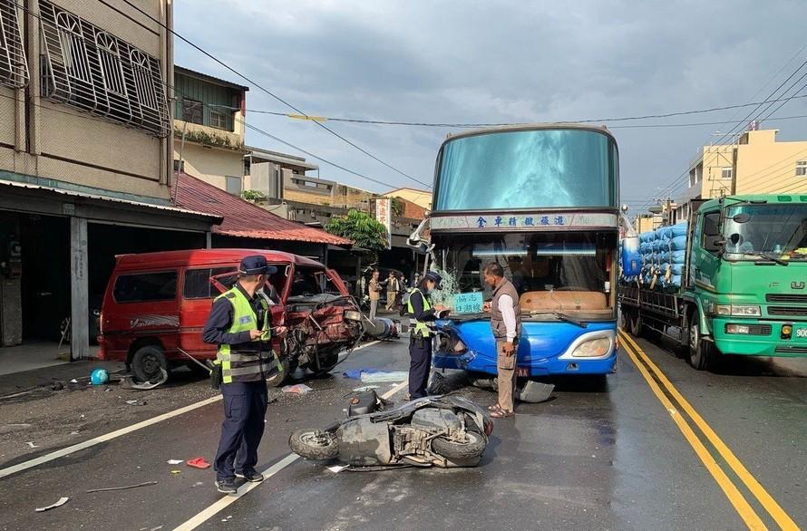 Tài xế say rượu giết chết 2 người khi đang lái xe ở tốc độ cao ở phía bên trái đường ở thành phố Đài Trung.