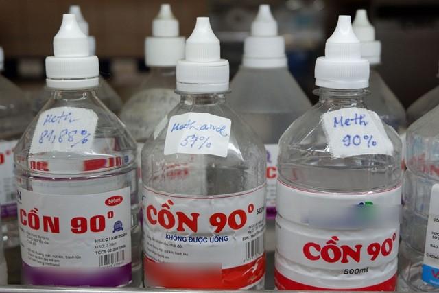"""Những chai cồn công nghiệp """"đội lốt"""" cồn y tế mà Trung tâm Chống độc đã thu thập được từ nhiều ca ngộ độc."""