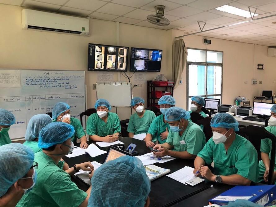 Đoàn các giáo sư tham gia hội chẩn điều trị bệnh nhân nặng tại BV Trung ương Huế.