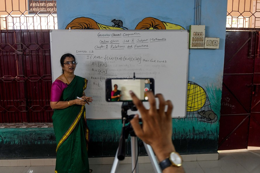 Các giáo viên đọc bài giảng của mình tại trạm phát sóng.