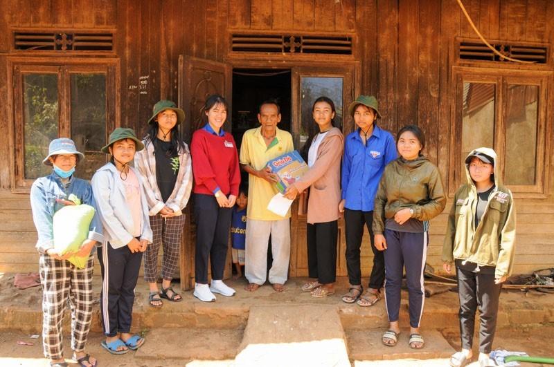 Mỹ Nhi cùng nhóm đến thăm và tặng quà một gia đình người K'Ho.