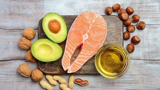 Tăng cường ăn các loại cá chứa nhiều omega 3-6-9 sẽ đẩy lùi cholesterol trong cơ thể.
