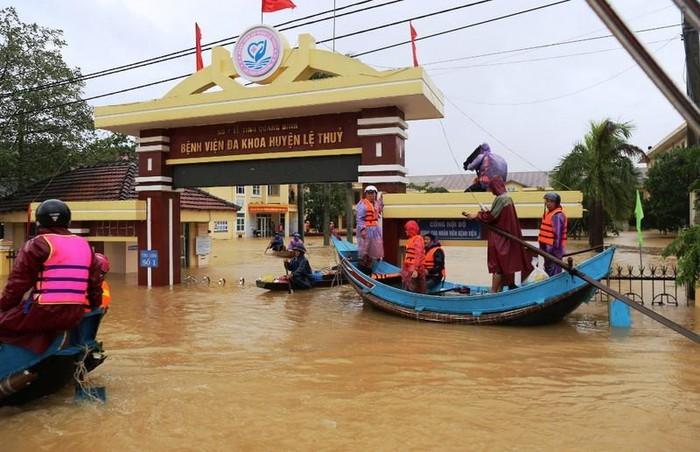 Mưa lũ khiến bệnh viện ở Quảng Bình ngập trong nước.