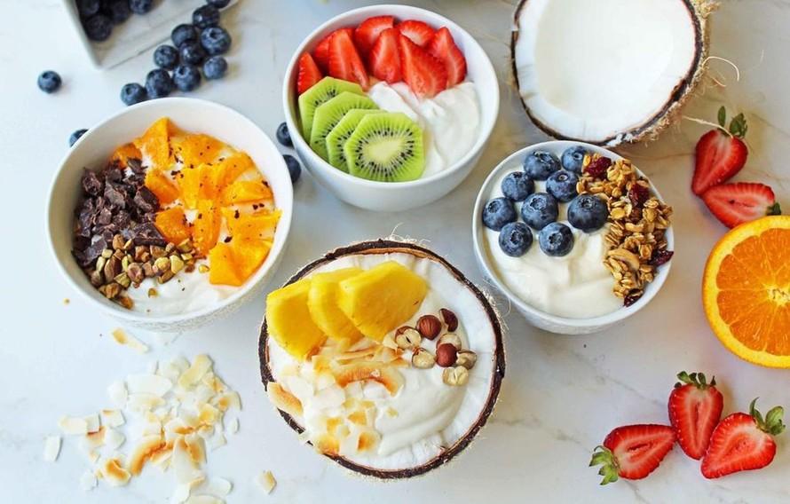 Bữa ăn tối mọi người nên ăn nhẹ bằng một hộp sữa chua kèm rau/củ/quả hoặc các loại hạt để cung cấp đủ dinh dưỡng và can xi.