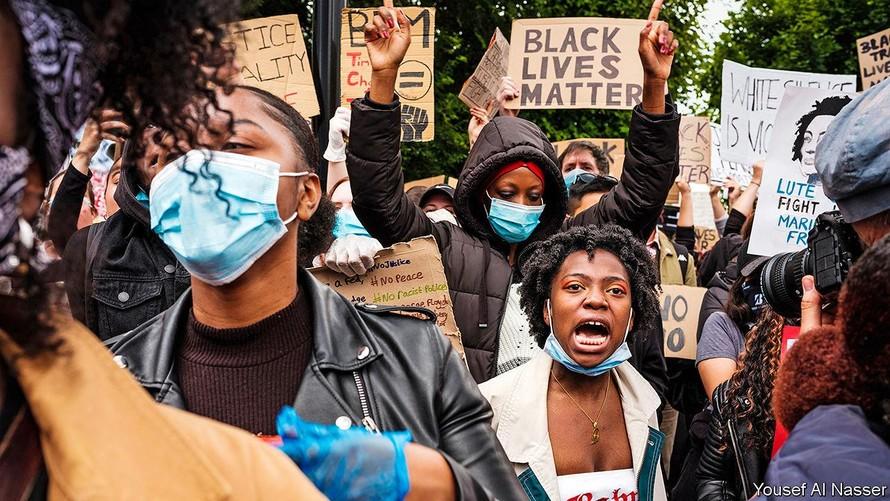 Người dân biểu tình chống nạn phân biệt chủng tộc.