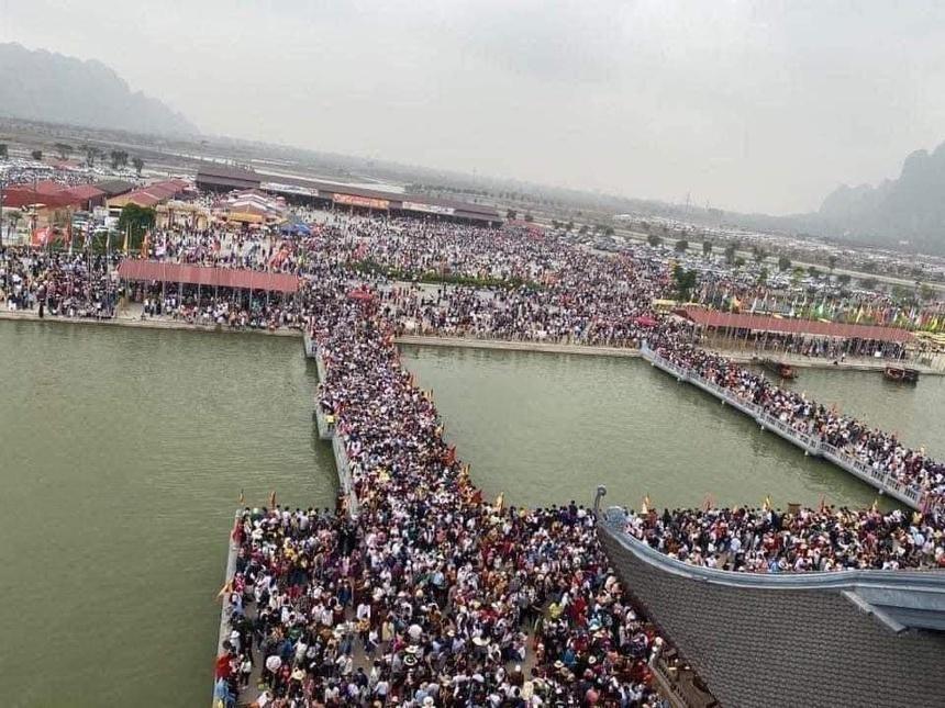 Cảnh tượng hỗn độn 5 vạn người ùn ùn đổ về chùa Tam Chúc như ong vỡ tổ giữa mùa dịch khiến ai cũng ngao ngán.