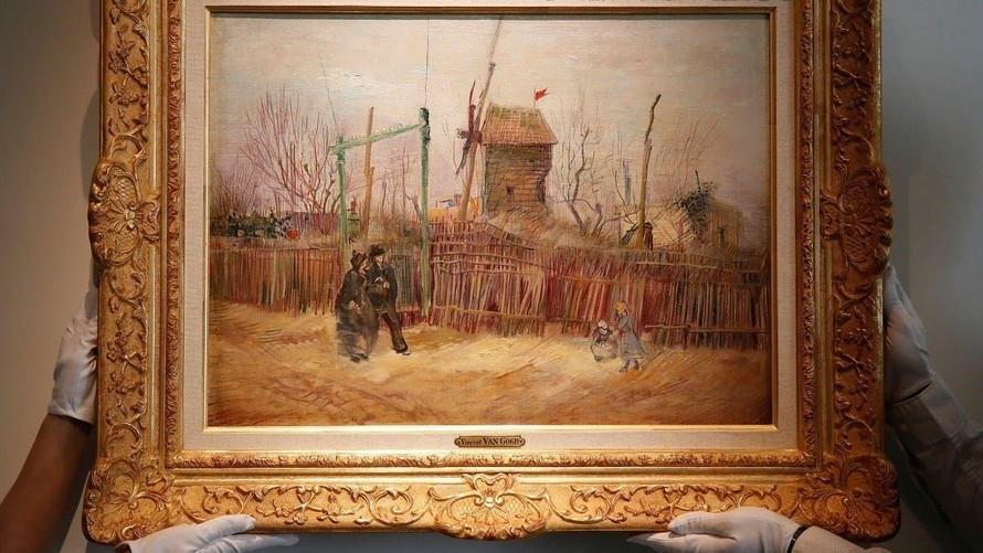 Cảnh phố Montmartre được vẽ vào mùa xuân năm 1887, ba năm trước khi Vangogh qua đời. Bức tranh miêu tả những người dân Paris đi dạo trên một quả đồi với khung cảnh có phần vắng vẻ.