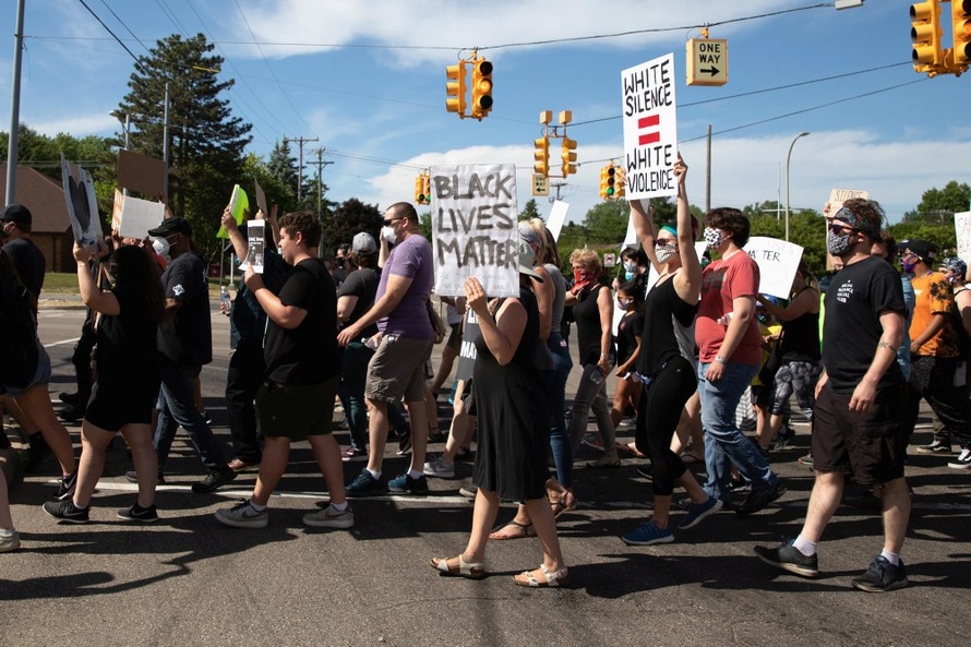 Biểu tình chống lại nạn phân biệt chủng tộc. Ảnh: Reuters.