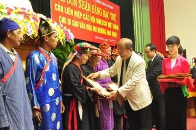 Các nghệ nhân đón nhận Bằng bảo trợ của Liên hiệp các Hội UNESCO Việt Nam cho Di sản văn hóa Mo Mường năm 2015