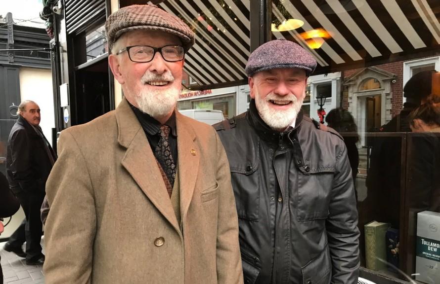 Cặp đôi O'Sullivan (phải) và Murphy trên đường phố Dublin. (Nguồn: NYTimes)