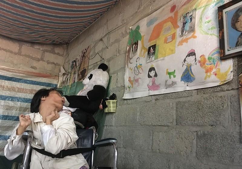 """Thảnh bên bức tranh """"ngôi nhà mơ ước"""" treo trên tường"""