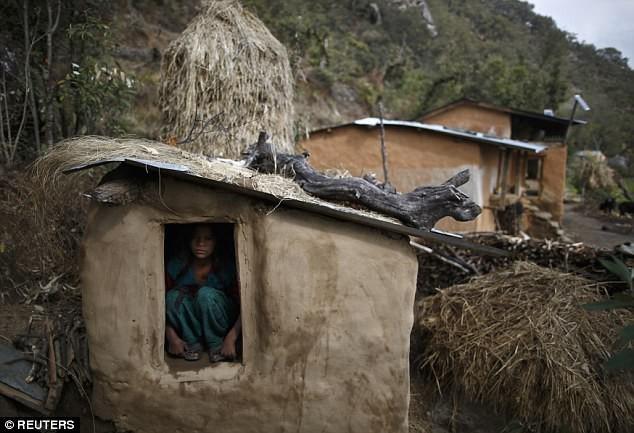 Các cô gái ở Nepal cứ đến kỳ kinh nguyệt là bị đuổi ra khỏi nhà