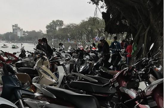 Điểm trông xe tự phát trên vỉa hè đường Thanh Niên, ven bờ hồ Trúc Bạch thu giá gấp đôi quy định