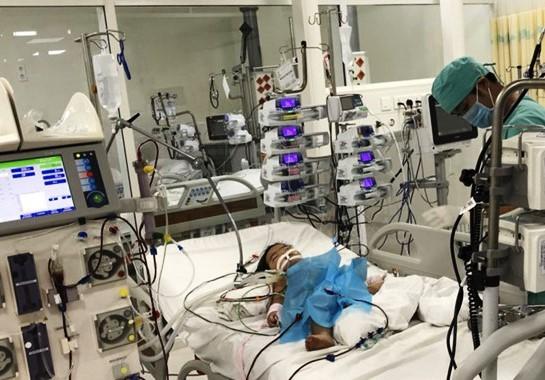 Em bé đang được điều trị tích cực tại Bệnh viện Nhi đồng TP.HCM. Ảnh: BSCC