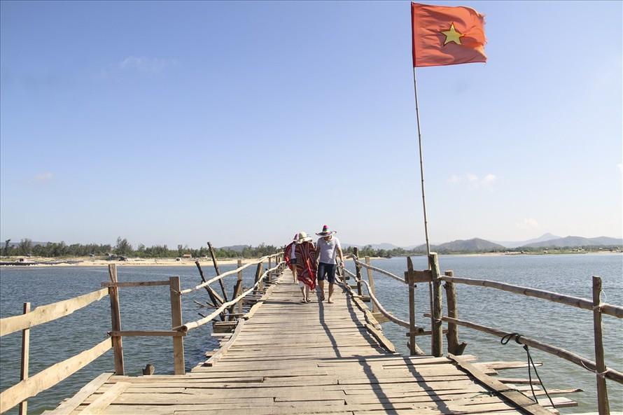 Cây cầu giúp đỡ người dân dễ dàng hơn trong việc đi lại cũng như giao thương giữa các xã trong huyện. Ảnh: Văn Định