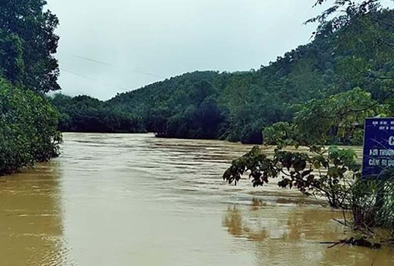 Đường dẫn vào xã Luận Khê, huyện Thường Xuân (Thanh Hóa) bị mưa lũ chia cắt trong hai ngày qua. Ảnh: Nguyễn Nhung