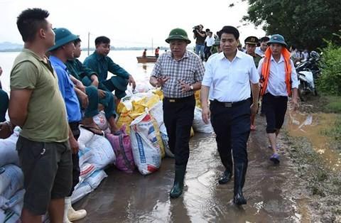 Chủ tịch UBND TP Hà Nội Nguyễn Đức Chung kiểm tra tình hình ngập lụt tại khu vực đê tả sông Bùi huyện Chương Mỹ