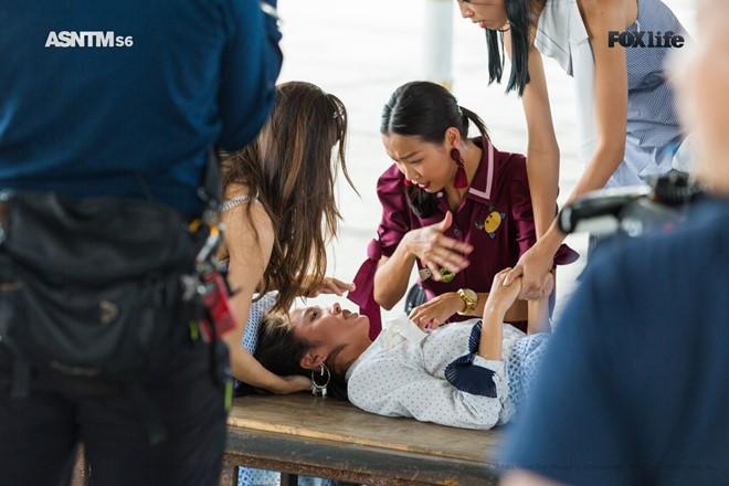 Thanh Vy được các thí sinh khác chăm sóc sau khi ngất.