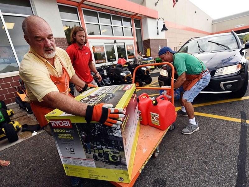 Người dân bang South Carolina mua máy phát điện chuẩn bị đón bão Florence, ngày 10-9. Ảnh: AP