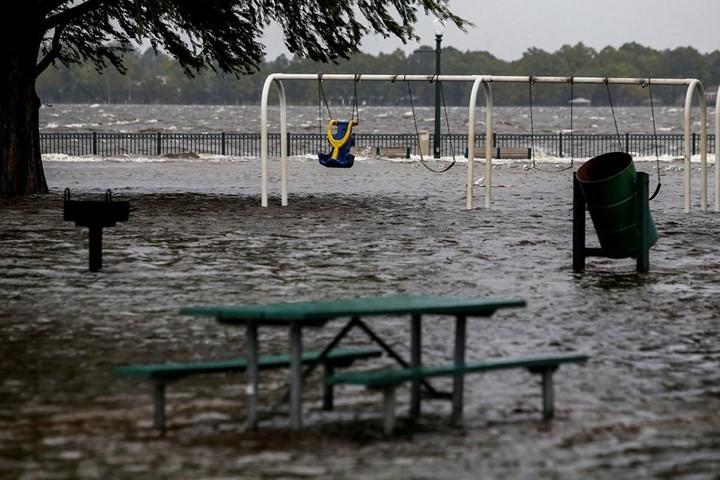 Hình ảnh đầu tiên khi siêu bão Florence đổ bộ bờ Đông nước Mỹ