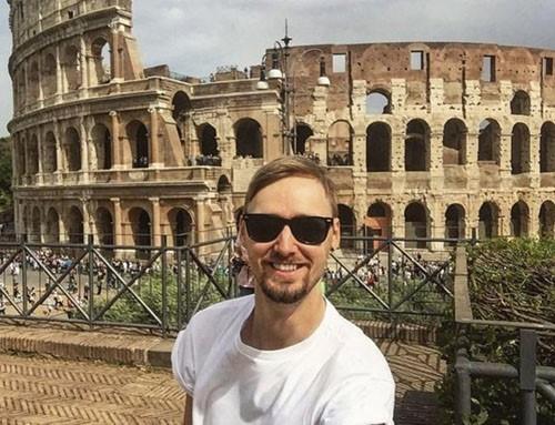Chàng trai trẻ người Anh tới tham quan Đấu trường La Mã ở Italy.