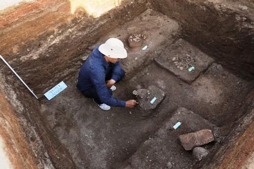 Nhà khoa học phát hiện mộ cổ của cư dân Sa Huỳnh ở Suối Chình, Lý Sơn. Ảnh: Đoàn Ngọc Khôi