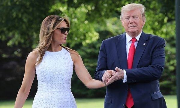 Vợ chồng Tổng thống Trump tươi cười rạng rỡ, tay trong tay một cách tình tứ