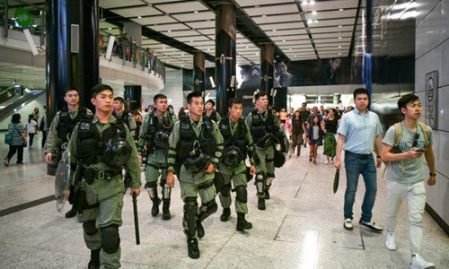 Cảnh sát chống bạo động Hong Kong tuần tra ga tàu điện ngầm hôm nay. Ảnh: AFP.