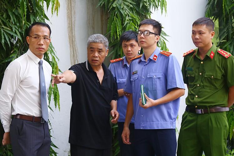 Ông Phiến (áo đen, thứ 2 từ trái sang) tại cổng trường Gateway. Ảnh: Phạm Dự.