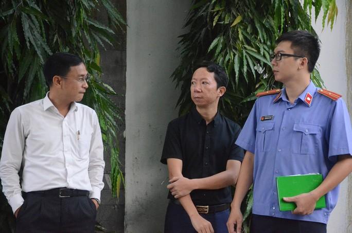 Ông Sơn (giữa), bố cháu L.H.L., có mặt tại buổi thực nghiệm hiện trường