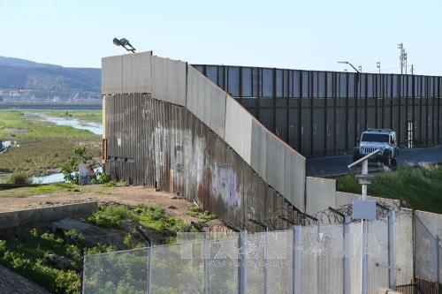 Bức tường biên giới Mỹ-Mexico tại San Ysidro, California, Mỹ ngày 25/1. Ảnh: AFP