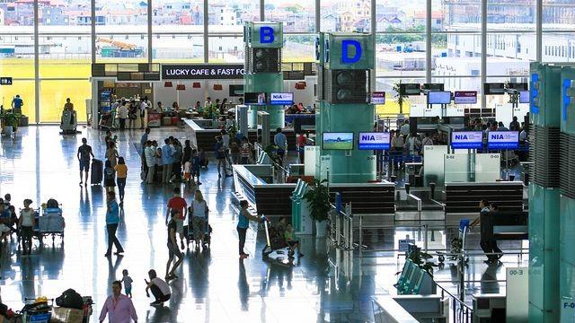 Camera an ninh 'tố' kiểm dịch sân bay 'cuỗm' 2.000 Euro của khách Tây
