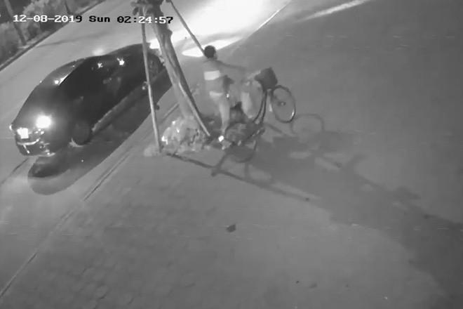 Hình ảnh trích xuất từ camera cho thấy tài xế ôtô có hành vi dắt xe đạp của nạn nhân khỏi hiện trường. Ảnh: Người nhà cung cấp.